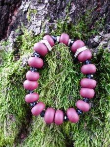 rožinės spalvos karoliukų tampri apyrankė su stiklo kristalais