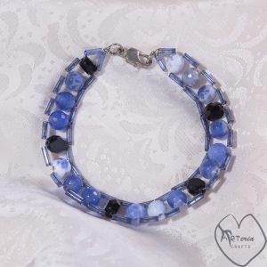 mėlyna ėvairių kristalų apyrankė su metaliniu susegimu