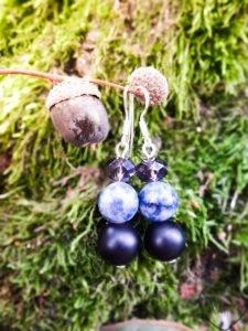mėlyni juodojo akmens jaspio bei stiklo kristalų sidabriniai auskarai