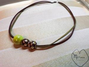 žalias zomšinis kaklo pakabukas